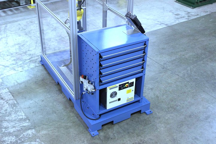Model MD MiniDrawer ™ Cabinet integrated with a FANUC LRMate 200iD/7L and mounted to a common skid. This is referred to as a Model MD7L machine tender. Main power and the air prep connection on shown on the left hand side of the drawer cabinet.