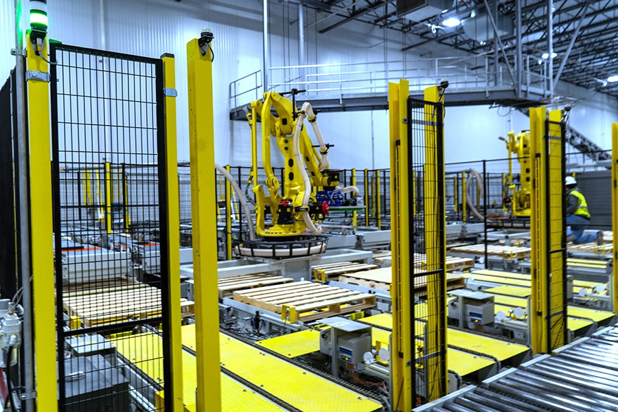 Fanuc robotic palletizing cell with empty pallets