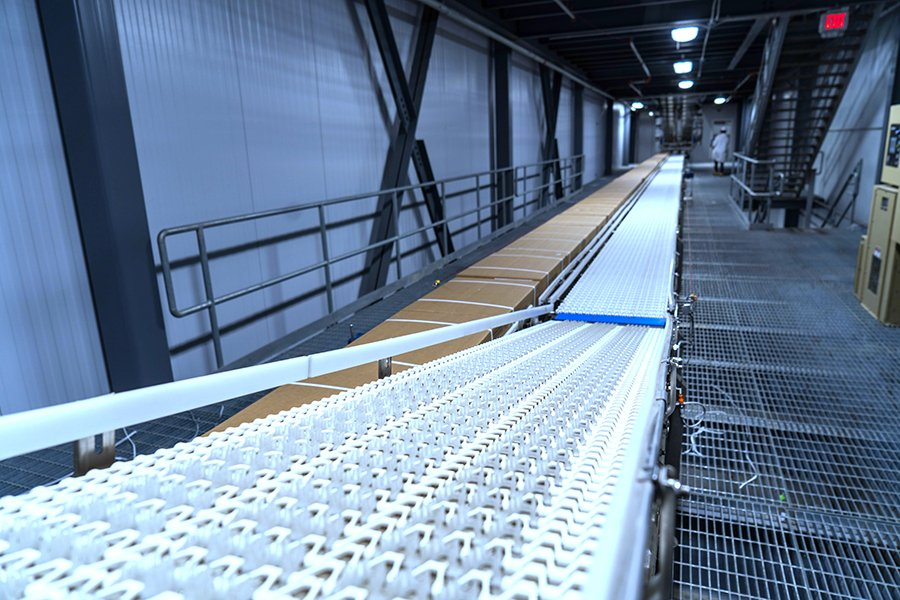 SpanTech conveyor lines with product exiting the VRT towards palletizing