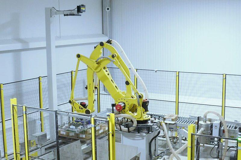 Fanuc depalletizer robot with a keyence scanner
